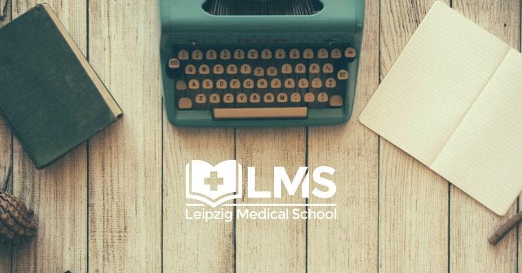 Holztisch, Schreibmaschine und Pressemitteilung der LMS Leipzig Medical School