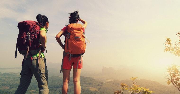 Mädchen suchen den Weg beim Blick über Berge