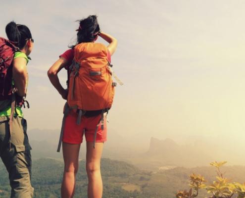 Mädchen suchen Medizin Uni beim Blick über Berge